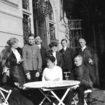 Familienfoto der Zsolnays auf der Terrasse von Schloß Oberufer (Bratislava)